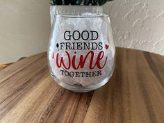 Fall Wine Glasses, Glitter Wine Glasses, Wine Glass Sayings, Wine Glass Crafts, Bottle Crafts, Decorated Wine Glasses, Painted Wine Glasses, Vinyl Glasses, Wine Glass Designs