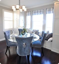 Dining room with blue velvet chairs and window bench. Glass Dining Table, Velvet Dining Chairs, Luxury Dining Room, Dining Room Table, Dinning Room Decor, Tufted Dining Chairs, Home Decor, Room Decor, Dining Room Sets