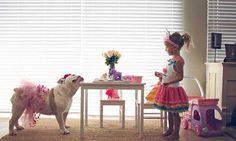 Ensaio fotográfico: mãe registra a amizade da filha com o bulldog da família | MdeMulher