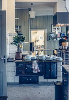 Cabin Kitchens, Cool Kitchens, Kitchen Interior, Home Interior Design, Kitchen Dining, Kitchen Decor, Kitchen Ideas, Plain English Kitchen, 1930s Kitchen
