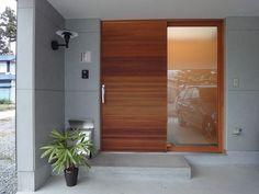 おはようございます。武澤です。今回、レッドシダーのミックスカラーが人気の木製断熱玄関ドア「SUPERIOR(スペリオル)」を見つけましたのでご紹介します。 Modern Entrance, Modern Front Door, Entrance Doors, Future House, My House, Surf House, Japanese House, Home Remodeling, New Homes