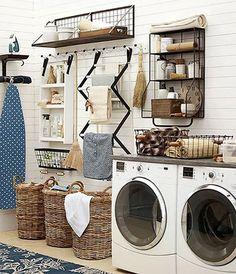 Aménagement buanderie : 50 idées canons pour vous inspirer Rustic Laundry Rooms, Laundry Decor, Farmhouse Laundry Room, Small Laundry Rooms, Laundry Room Organization, Small Bathroom, Bathrooms, Home Design, Küchen Design