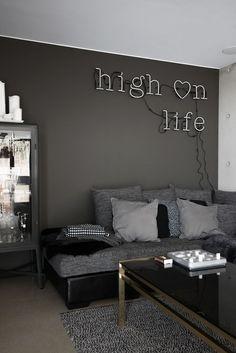 On the sofa/Rebecca Centeren