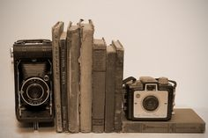 old cameras, old books Our home office has old books and camera's, love this idea. Vintage Camera Decor, Vintage Decor, Vintage Office, Antique Cameras, Vintage Cameras, Old Books, Vintage Books, Retro, Displaying Collections