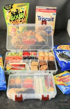 The Best EASY Road Trip Snack Box for families Make traveling easier! Try these easy to pack road trip snack kits for kids! Filled with the best easy snacks for kids when you have a long drive ahead. Snacks Road Trip, Road Trip Activities, Road Trip Packing, Camping Snacks, Road Trip Tips, Snacks For The Road, Travel Packing, Camping Ideas, Travel Snacks Kids