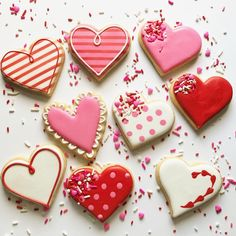 I found 50 fabulous sugar cookie designs for Valentine's Day that I just had to share with you! Cookies Cupcake, Valentine's Day Sugar Cookies, Fancy Cookies, Cookie Icing, Iced Cookies, Cute Cookies, Royal Icing Cookies, Cupcakes, Heart Cookies