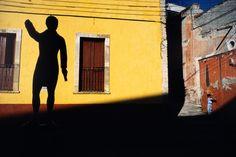 Alex Webb Guanajuato. 1987. Child and statue.  Magnum Photos Photographer Portfolio