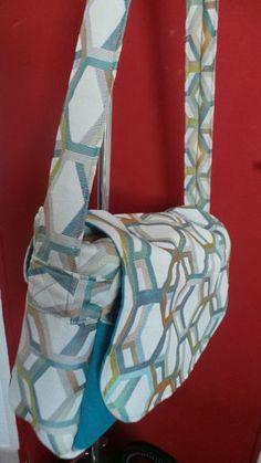 Aujourd'hui, je vous propose un tuto pour réaliser un sac de forme besace, en 2 tissus. Vous avez besoin : - d'un tissu imprimé - d'un tissu uni complémentaire - d'un tissu épais pour servir de renfort pour le fond et les côtés - d'une fermeture éclair Ci-dessous...