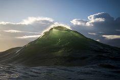 Ray Collins maakt de mooiste foto's van... golven. Hij duikt op talloze plaatsen het water in en klikt precies op het moment dat de golf breekt. En dat levert unieke foto's op. Kijk maar.