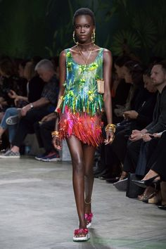 Discover the Women's Spring Summer Collection Fashion Show by Versace. Tailoring, sportswear and effortless glamour. Donatella Versace, Gianni Versace, Men Fashion Show, Fashion Outfits, Womens Fashion, Fashion Trends, Fashion Top, High Fashion, Versace Jeans
