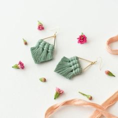 Geometric jewelry with a modern twist. Raw crystal stud earrings in grey and gold with a shimmery silver reflection. Diy Macrame Earrings, Green Tassel Earrings, Gold Bar Earrings, Fabric Earrings, Fabric Jewelry, Macrame Jewelry, Diy Earrings, Bohemian Jewelry, Handmade Accessories
