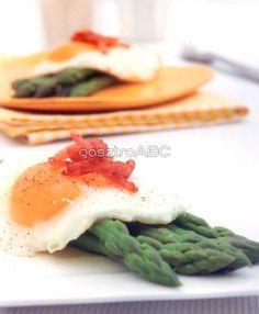 Tükörtojás spárgával és baconnel | Receptek | gasztroABC Bacon, Eggs, Breakfast, Food, Morning Coffee, Egg, Meals, Yemek, Pork Belly