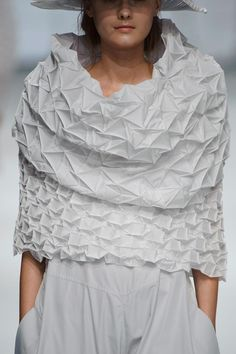 Origami design projects issey miyake Ideas for 2019 fashion issey miyake Origami design projects issey miyake Ideas for 2019 Paper Fashion, Origami Fashion, 3d Fashion, Fashion Fabric, Fashion Details, Fashion Design, Issey Miyake, Moda Origami, Origami Rose