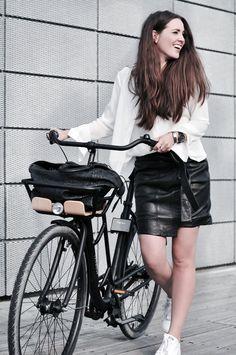 look branco e preto com saia de couro e tênis adidas