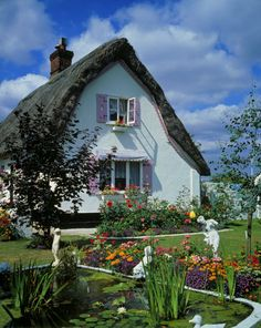 Thatched cottage in Essex, England It would be like living in a dollhouse! Storybook Homes, Storybook Cottage, Cottage Living, Cottage Homes, Cottage Gardens, Cottage Bedrooms, Cute Cottage, Cottage Style, Cottages Anglais