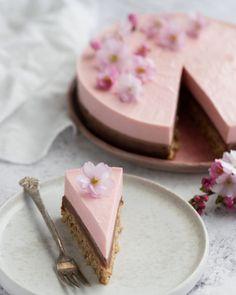 Jordbærmoussekage med mælkechokoladeganache og mandelbund Cake Recipes, Snack Recipes, Dessert Recipes, Cooking Recipes, Baby Snacks, Cocktail Desserts, Bakery Logo, Food Cakes, Piece Of Cakes