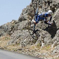 Petit coup de chaud sur le Contre la montre du Tour de France . Tout droit à 50km/h dans la roche Boummmm . Pas de gros bobos merci à tous @letourdefrance #lucky