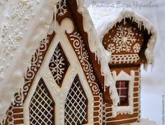 Купить или заказать Терем Деда Мороза - большой пряничный домик в интернет-магазине на Ярмарке Мастеров. Большой новогодний пряничный домик сделан по мотивам терема Деда Мороза из любимого доброго фильма 'Морозко.' Подарите сказку дорогим вам людям! Сказочные карамельные окошки, сосульки на крыше и пара заснеженных ёлочек из вкусного и ароматного пряничного теста подарят ощущение праздника и детям и взрослым! Белая глазурь не содержит красителей, поэтому безопасна даже для самых мален...