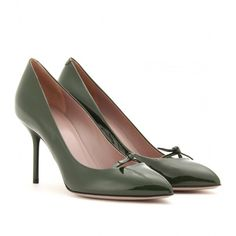 Gucci Beverly Patent-Leather Pumps ($473) ❤ liked on Polyvore featuring shoes, pumps, heels, sapatos, обувь, tarragon, pointed high heel pumps, pointed-toe pumps, bow heel pumps and gucci shoes