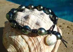 LE SAUVAGE bracelet. 10 baroque quality pearl, SEASIDE LUXE mother of shell label and pearl closure on double leather.