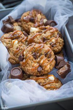 Rolo Stuffed Caramel Oatmeal Cookies #dessert #caramel #oatmealcookies #rolo #chocolate #stuffed #food #followback #FF #desert