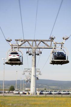 Auto trifft Seilbahn.  Bei Volkswagen Bratislava, Slowakei werden die Fahrzeuge von der Fertigung zu den Teststrecken und zum Versand per Seilbahn transportiert.