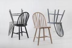 Budalstolen er en norsk Windsor-stol, her vist i såpet eik Outdoor Chairs, Dining Chairs, Outdoor Furniture, Outdoor Decor, Dining Room, Jotun Lady, Wishbone Chair, Scandinavian, Objects