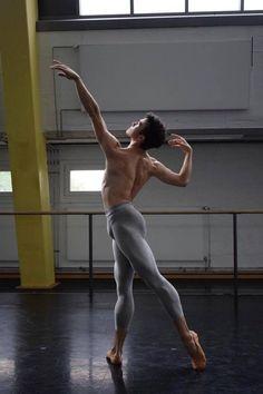 Уведомления / Твиттер Action Pose Reference, Human Poses Reference, Pose Reference Photo, Figure Drawing Reference, Body Reference, Action Poses, Anatomy Reference, Male Ballet Dancers, Ballet Boys