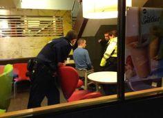 Borracho queda atrapado en un periquera en McDonald's: Los espectáculos desde la nota roja.