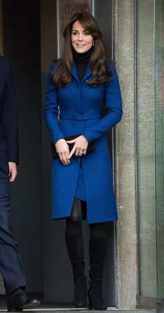 Celebrity style kate middleton Pin for Later: The 1 Style Trick Kate Middletons Been Hiding Up Her Sleeve To Contrast an All-Black Foundation of Tights and a Turtleneck Kate Middleton Rock, Looks Kate Middleton, Estilo Kate Middleton, Kate Middleton Outfits, Middleton Wedding, Kate Fashion, Royal Fashion, Fashion Week, Women's Fashion