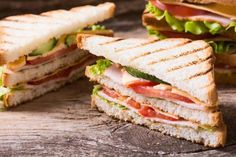 Clubhouse sandwich con fesa di tacchino Clubhouse Sandwich, Panini Sandwiches, Chapati, Antipasto, Hamburger, French Toast, Food And Drink, Appetizers, Bread