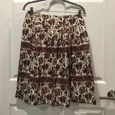"NWOT BANANA REPUBLIC 100% SILK PLEATED SKIRT. 4 NEOT BANANA REPUBLIC: Gorgeous Mulicolored pleated skirt in a floral 100%' silk fabric. Zipper in the back and two slit side pockets.  24"" total length. EXCELLENT CONDITION ! Banana Republic Skirts A-Line or Full"