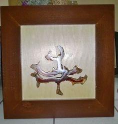 cuadro decorativo, con aplicación de palo de brasil, en triplay de maple y marco de pino, entintado color chocolate.