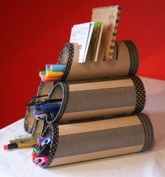 Diy Holz Haus - - Diy For Teens Girls - Diy Apartment Garden Toilet Paper Roll Crafts, Paper Crafts, Diy For Kids, Crafts For Kids, Carton Diy, Diy Karton, Pot A Crayon, Cardboard Crafts, Diy Gifts