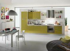 Marilyn Monroe Wandbilder, Küchenzeile mit Elektrogeräten, grüne Küchenfronten, runder Teppich