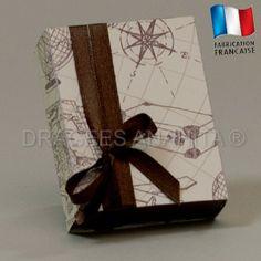 Un emballage simple et très raffiné, une forme rectangulaire pour ce contenant à dragées sur le thème de l'aventure et du voyage