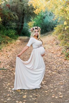 Danielle Torres Photography - Romantic flower crown Maternity Photo Shoot - Maternity photos - Maternity Pose