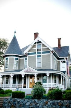 10 Victorian Homes in Manchester, New Hampshire is part of Southern Victorian home - Most people think of San Francisco when they think of a place with a concentration of beautifully restored Victorian homes Victorian Homes Exterior, Victorian Style Homes, Victorian Architecture, Amazing Architecture, Folk Victorian, Stairs Architecture, Victorian Design, Painted Ladies, New Hampshire