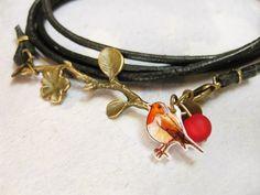 Schönes Wickelarmband aus dunkelbraunem Leder mit einem kleinem Rotkehlchen.  Ein bronzener Ast und eine rote Polarisperle verschönern das Armband....