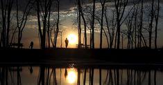 Lago reflete paisagem durante pôr do sol em Presque Isle State Park, em Erie, na Pensilvânia (EUA)