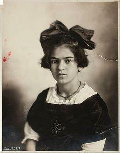 Frida Kahlo a los 11 años de edad / Frida Kahlo at 11 years old