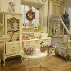 #1:12dollhouse #dollhouseroombox #miniatureflowers #fireplace #mini #oatmeal #woodstairs #chandelier #cinamon #cuteflower #cuteminiature #blue #flowers #돌하우스 #12thscale #window #wiretable #돌하우스퀸즈 #수강생작품 #미니어쳐
