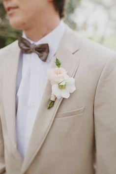 Beiger Anzug. Ideal für eine Hochzeit im Sommer.