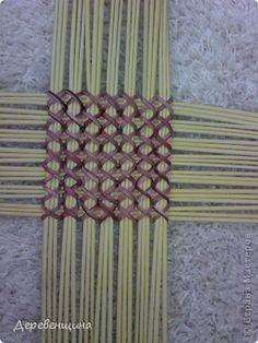 tutorial weaving It's all in Russian, but the photos give you a good idea how to do it. Types Of Weaving, Weaving Art, Weaving Patterns, Loom Weaving, Paper Basket Weaving, Willow Weaving, Newspaper Basket, Newspaper Crafts, Hawaiian Crafts