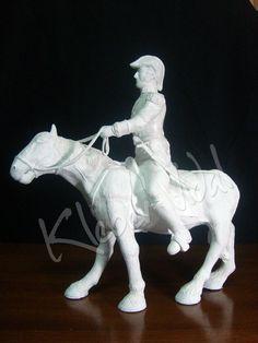 José Francisco de San Martín y Matorras fue un militar cuyas campañas fueron decisivas para las independencias de la Argentina, Chile y Perú. Pieza: Papel mache y acrílico 40cm alto 20cm ancho 40cm largo