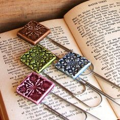 segnalibro in ceramica o fimo diy - Handmade Ceramic Quilt Bookmarks Ceramic Jewelry, Ceramic Clay, Clay Jewelry, Ceramic Bowls, Ceramics Projects, Polymer Clay Projects, Slab Pottery, Ceramic Pottery, Thrown Pottery