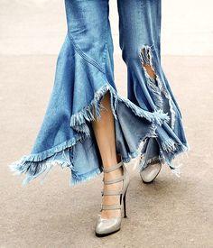 calça babado 14 | Inspire fashion | Flickr Pop Fashion, Denim Fashion, Fashion Pants, Fashion Outfits, Fashion Design, Moda Jeans, Jeans Refashion, Denim Ideas, Recycled Denim