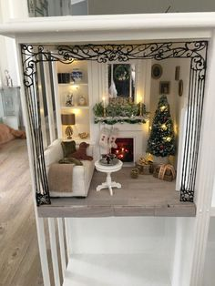 Stunning dollhouse aesthetic - kindly visit our articles for additional choices! Vitrine Miniature, Miniature Rooms, Miniature Houses, Miniature Furniture, Dolls House Shop, Mini Doll House, Christmas Living Rooms, Christmas Room, Christmas Minis