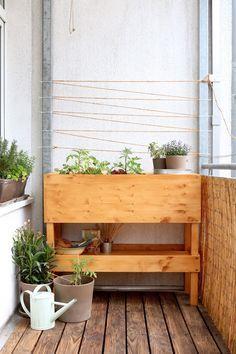 Ein Hochbeet für den Balkon ist gar nicht so leicht zu finden? Bau es dir doch einfach selbst! Mit diesem DIY geht das ganz einfach!