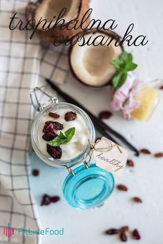 Pół kubka owsianki zalewamy pełnym kubkiem wody. Gotujemy przez około 15 minut, aż owsianka wypije całą wodę. Po ochłodzeniu dodajemy ulubione owoce oraz bakalie i zalewamy jogurtem naturalnym. Smacznie, zdrowo i fachowo. / Half of a cup of oatmeal throw to a pot and add full cup of water. Simmer for around 15 minutes until all water will be absorbed. Cool it down, add favorite fruits and nuts and top with a bit of natural yoghurt. It's healthy and it's yummy. www.fitlinefood.com